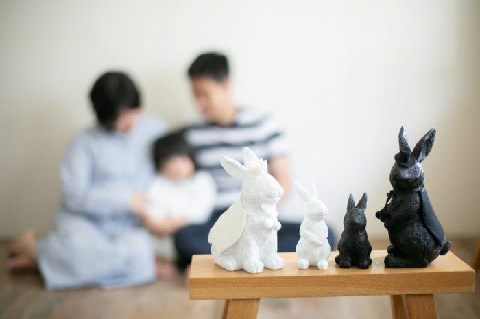 家族一緒のマタニティフォト。ウサギの小物もかわいい