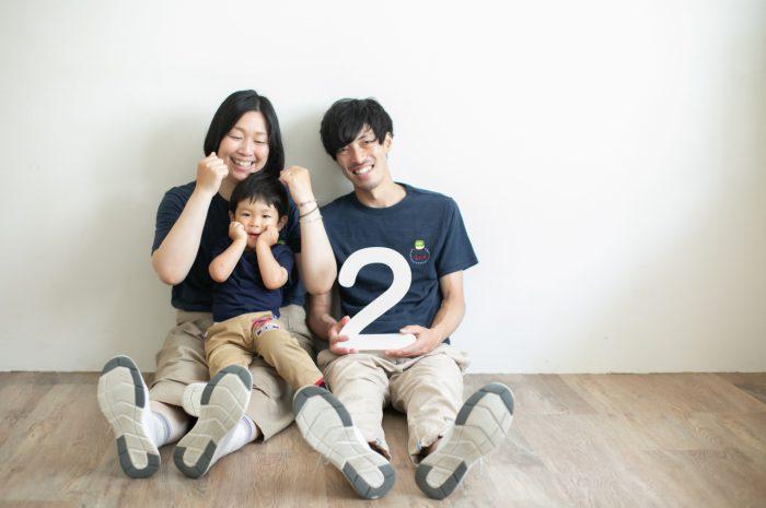 2歳男の子と一緒の家族撮影。お揃いのTシャツ。親子リンクコーデが素敵!ほっぺたぎゅー!