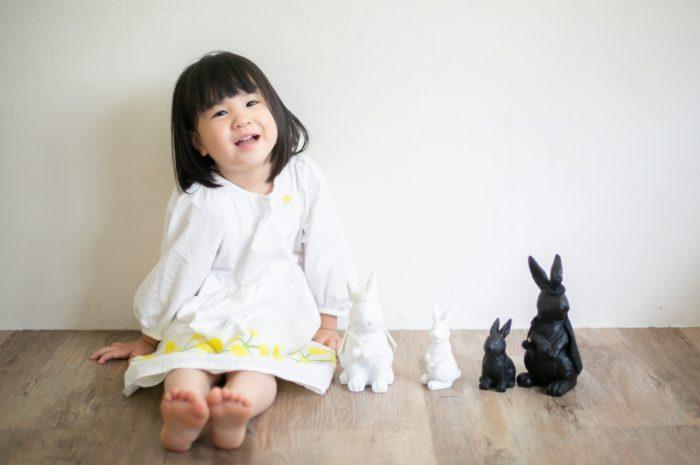 家族一緒のマタニティフォト。ウサギの小物と並んで