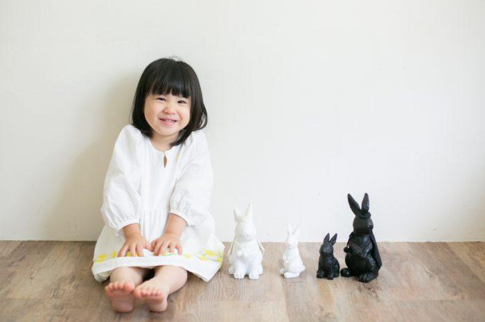 家族一緒のマタニティフォト。ウサギの小物と一緒に