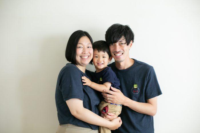2歳男の子と一緒の家族撮影。お揃いのTシャツ。親子リンクコーデが素敵!