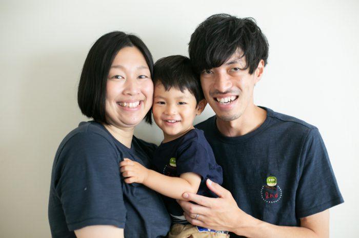 2歳男の子と一緒の家族撮影。お揃いのTシャツ。親子リンクコーデが素敵です。