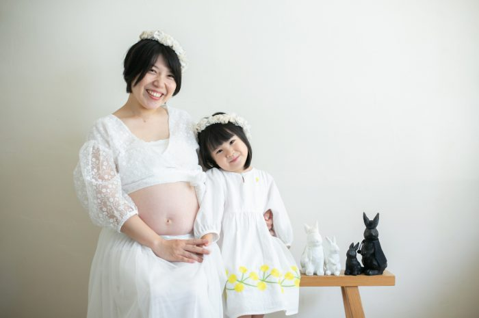 家族一緒のマタニティフォト。ママとお揃いの花冠で