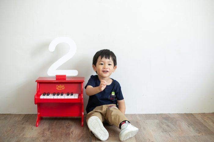 2歳男の子と一緒の家族撮影。親子リンクコーデが素敵です。数字の2のパネル