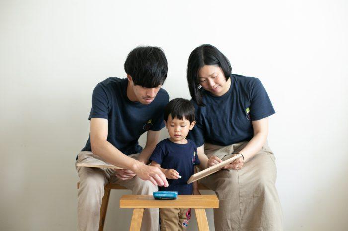 2歳男の子と一緒の家族撮影。親子リンクコーデが素敵です。黒板にお絵かきする様子も撮影します