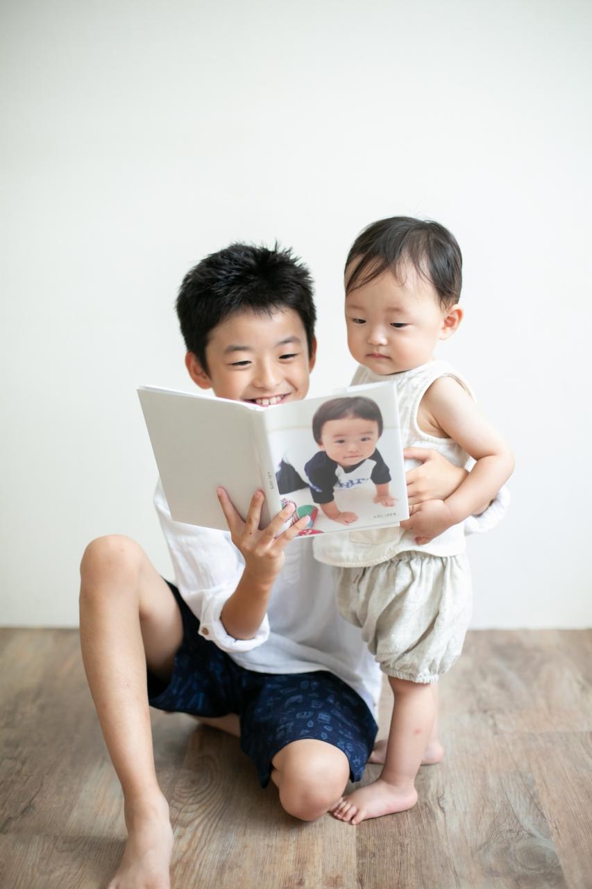 10歳と1歳の兄弟記念撮影,ハーフ成人式記念撮影,お兄ちゃんの1歳の時のアルバムをみながら