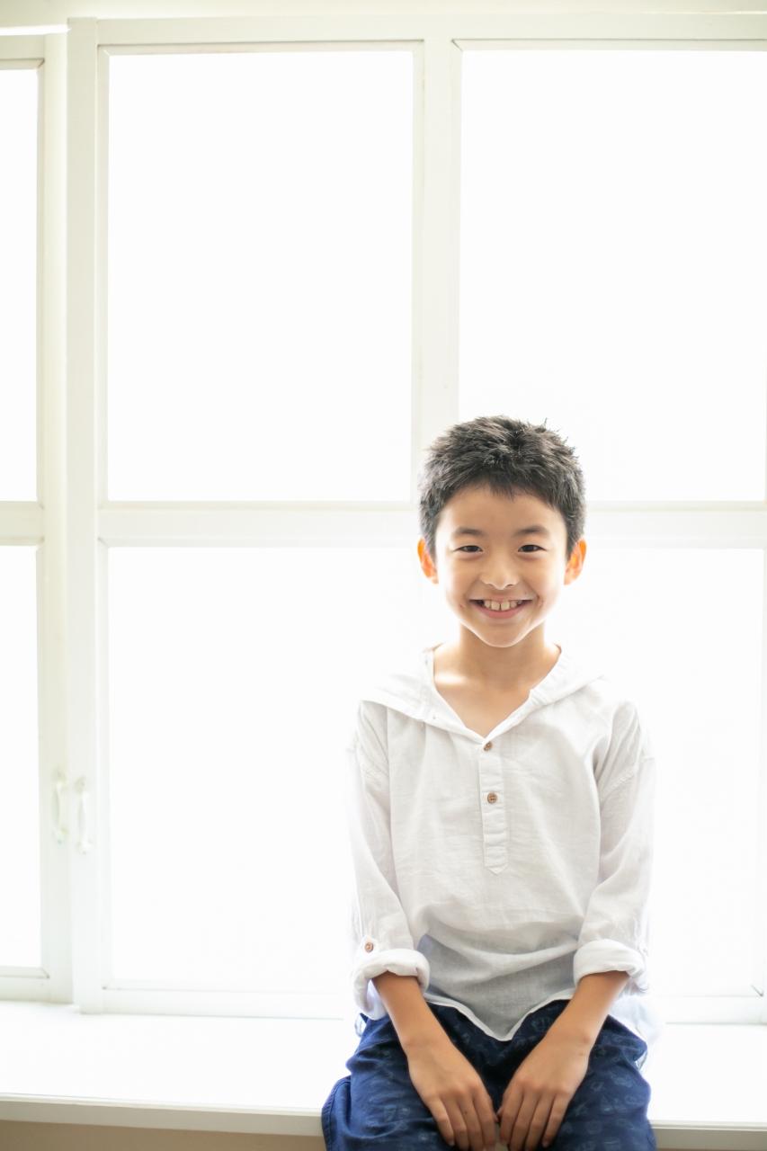 10歳と1歳の兄弟記念撮影,ハーフ成人式記念撮影,明るいスタジオでいい笑顔