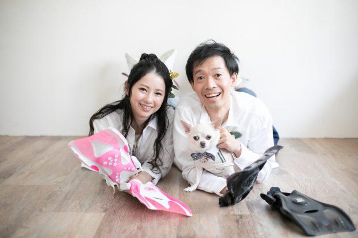 カップル撮影、エンゲージメントフォト、ワンちゃんと一緒、渋谷スタジオ、ダイビングが趣味のお二人。足ひれと一緒に