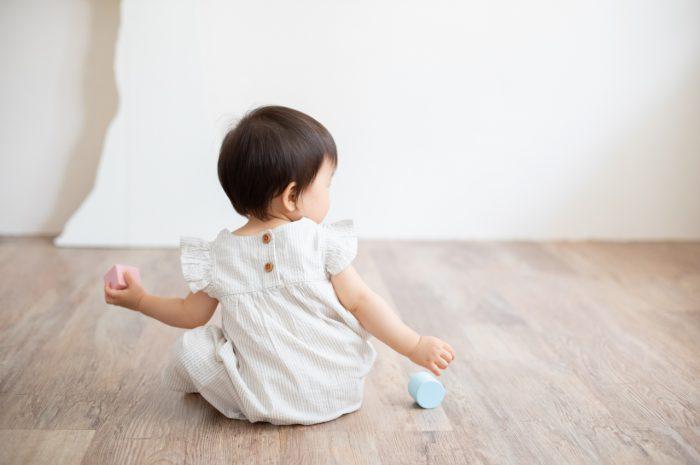 1歳女の子誕生日記念撮影,3人家族,家族写真,1歳誕生日,かわいい後ろ姿