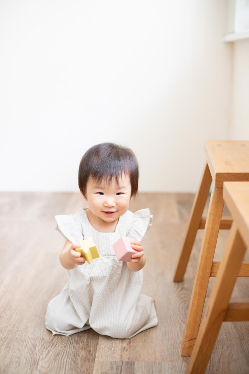 1歳女の子誕生日記念撮影,3人家族,家族写真,1歳誕生日,大好きなものに囲まれて
