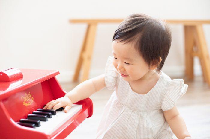1歳女の子誕生日記念撮影,3人家族,家族写真,1歳誕生日,赤いピアノに興味津々