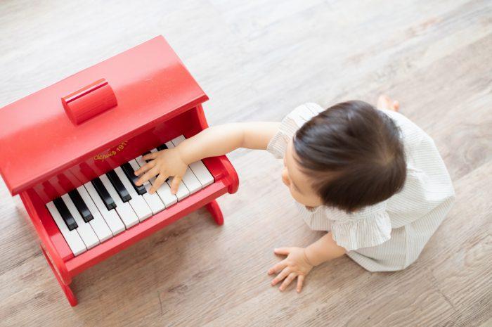 1歳女の子誕生日記念撮影,3人家族,家族写真,1歳誕生日,赤いピアノ