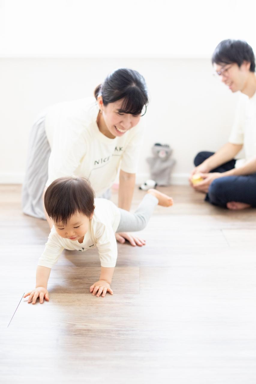 1歳女の子誕生日記念撮影,3人家族,家族写真,お揃いTシャツがかわいい