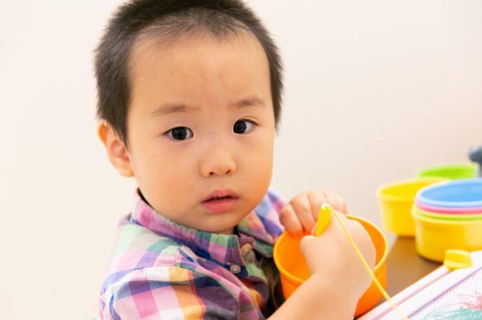 出張撮影,2歳男の子撮影,2歳誕生日記念撮影,自宅でリラックス撮影,お絵描き中