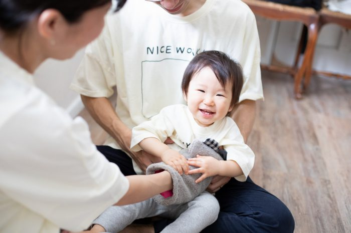 1歳女の子誕生日記念撮影,3人家族,家族写真,1歳誕生日,いい笑顔