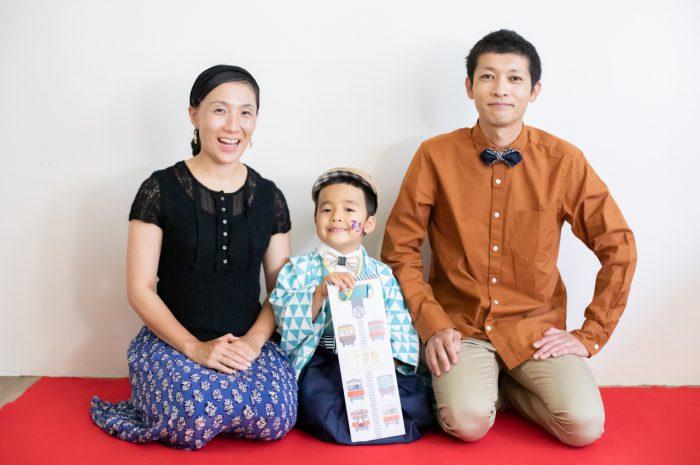 5歳七五三撮影,5歳七五三,かっこかわいい,753家族写真,3ショットでパチリ