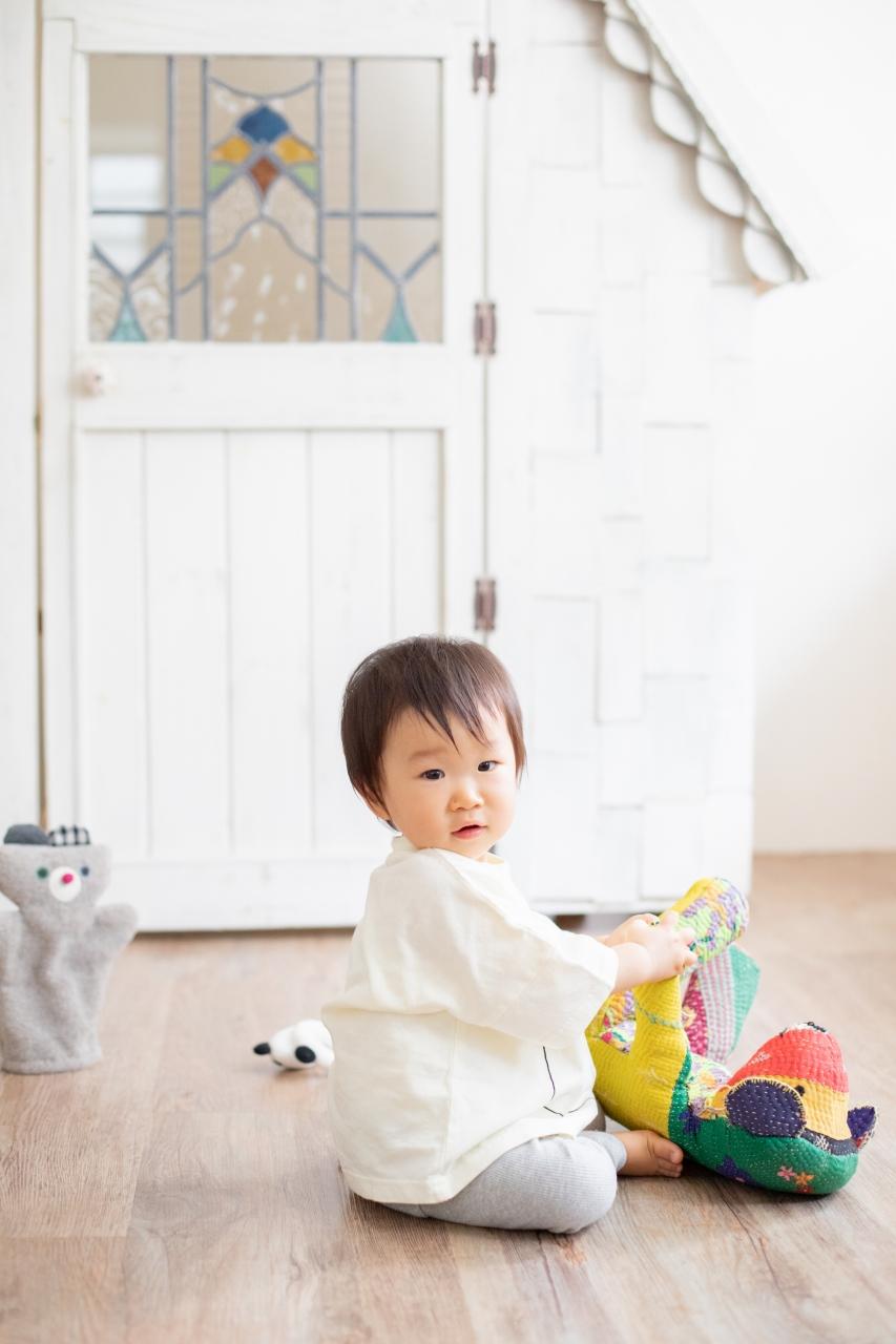 1歳女の子誕生日記念撮影,3人家族,家族写真,1歳誕生日,振り返りポーズ