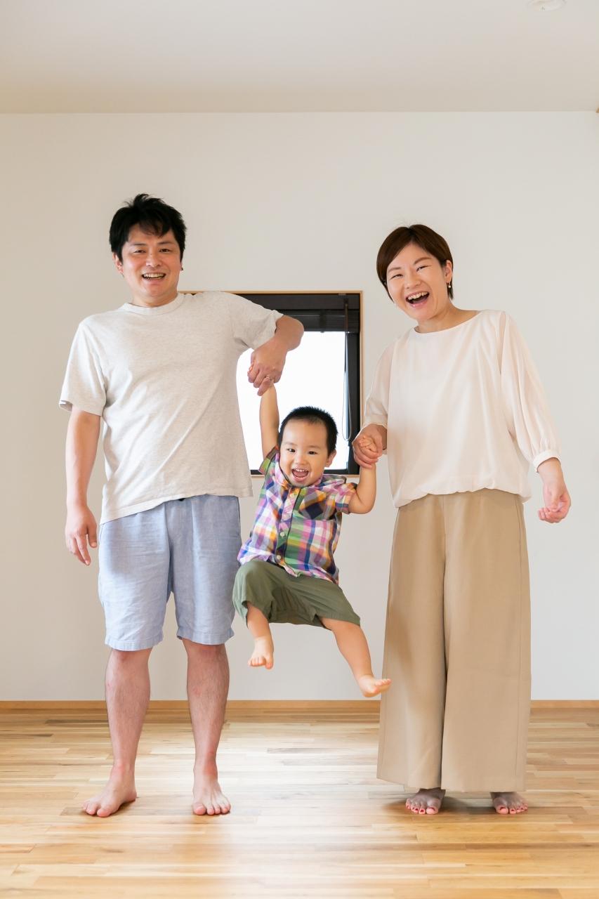 出張撮影,2歳男の子撮影,2歳誕生日記念撮影,自宅でリラックス撮影,手つなぎジャンプ