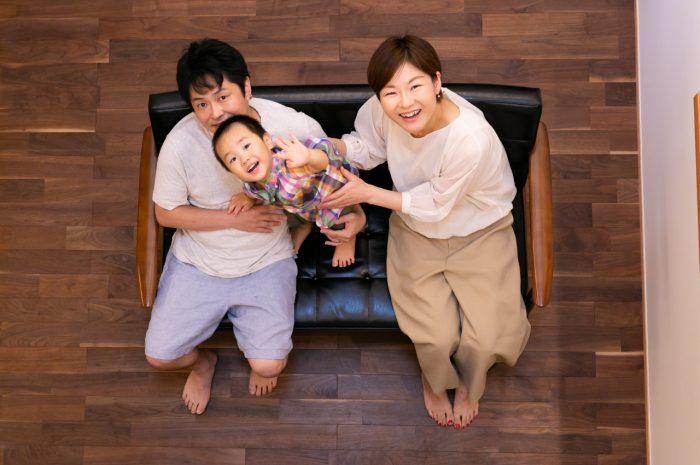 出張撮影,2歳男の子撮影,2歳誕生日記念撮影,自宅でリラックス撮影,3人家族