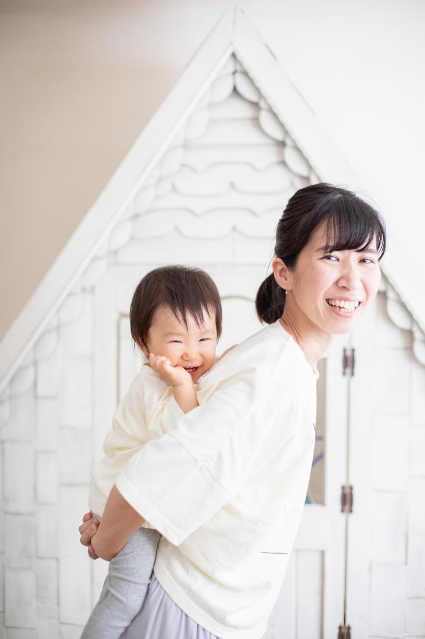 1歳女の子誕生日記念撮影,3人家族,家族写真,1歳誕生日,ママのおんぶににっこり
