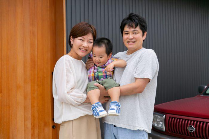 出張撮影,2歳男の子撮影,2歳誕生日記念撮影,家の前で家族写真撮影