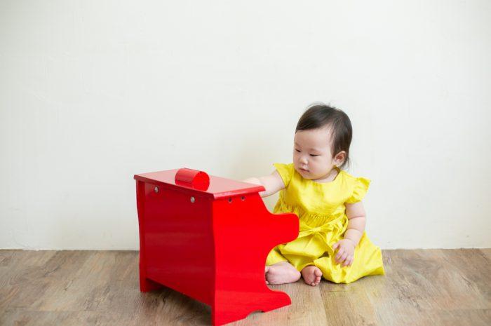 5歳七五三ともうすぐ1歳の兄妹撮影,家族撮影,家族写真,東京スタジオ,赤いピアノと黄色の洋服が鮮やか