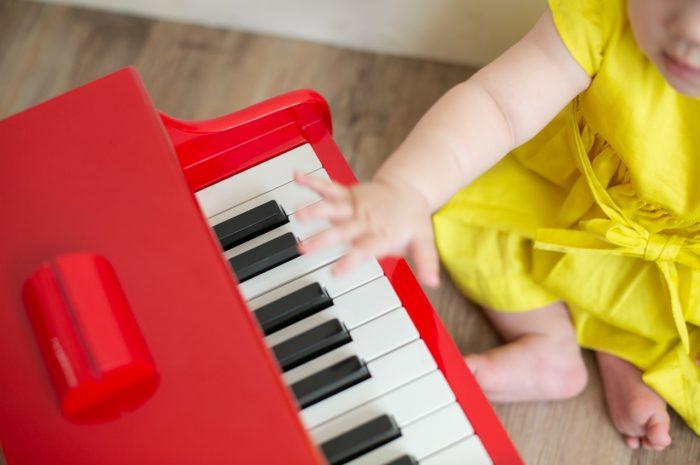 5歳七五三ともうすぐ1歳の兄妹撮影,家族撮影,家族写真,東京スタジオ,赤いピアノと黄色の洋服