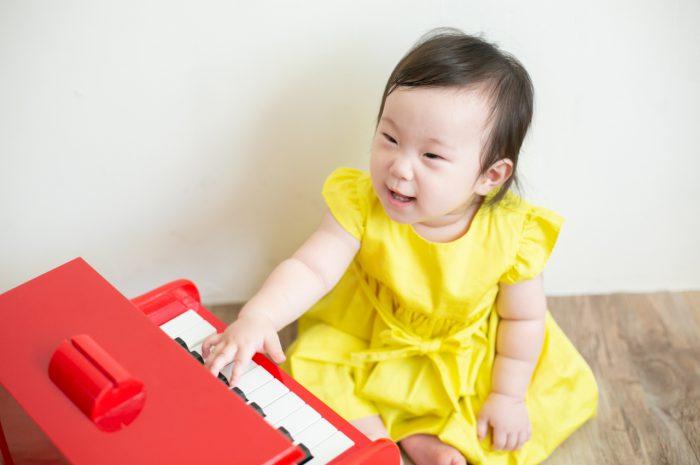 5歳七五三ともうすぐ1歳の兄妹撮影,家族撮影,家族写真,東京スタジオ,赤いピアノがお気に入り