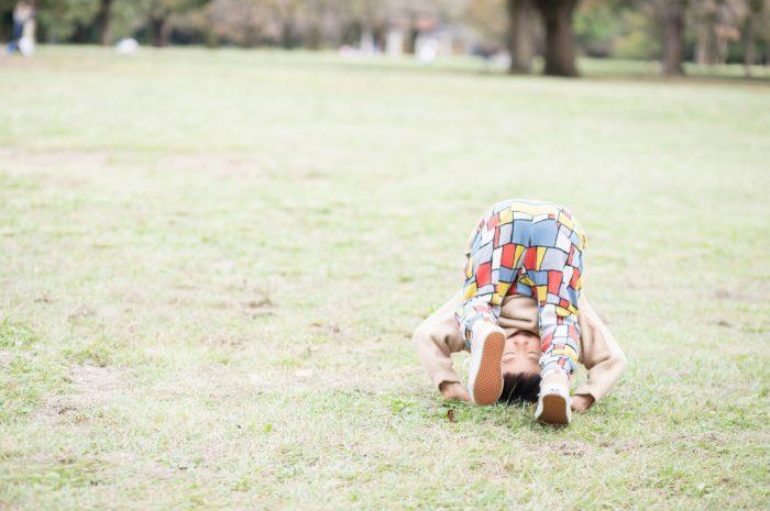 5歳男の子,家族撮影,芝生ででんぐり返し!