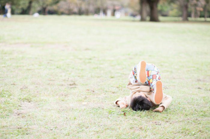 5歳男の子,家族撮影,芝生ででんぐり返し