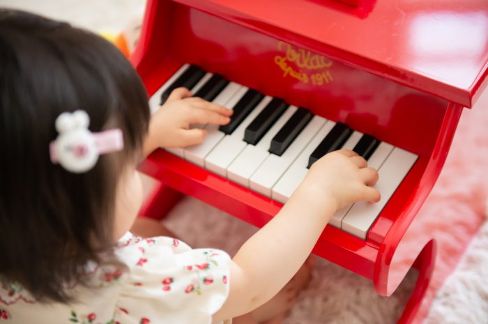 1歳女の子記念写真撮影,ピアノが上手,スタジオ撮影,赤いピアノを弾いてみよう