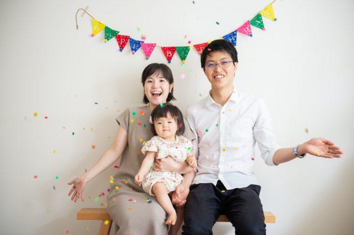 1歳女の子記念写真撮影,家族で紙吹雪