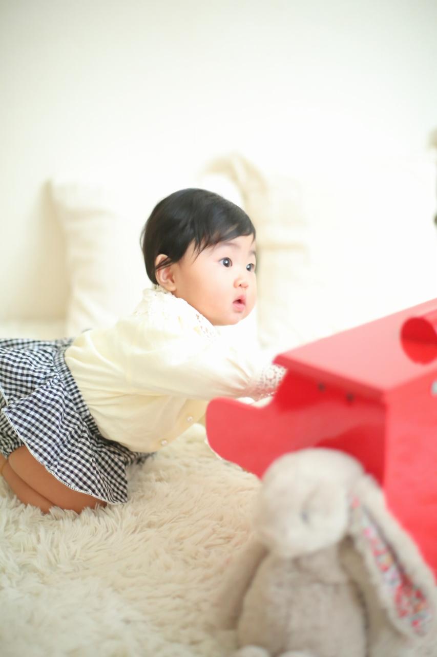 1歳女の子誕生日記念撮影,赤いピアノ
