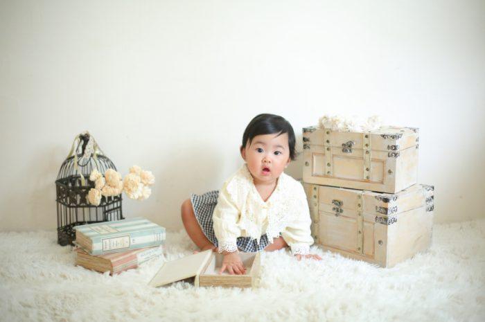 1歳女の子誕生日記念撮影,興味津々女の子