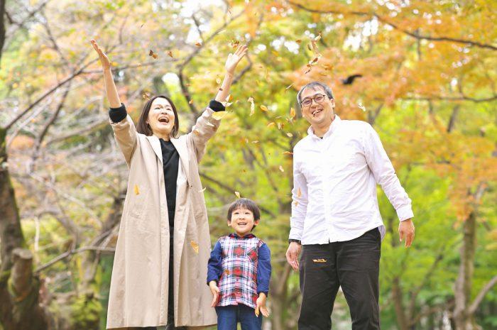 代々木公園家族写真撮影,4歳男の子誕生日記念撮影,落ち葉吹雪