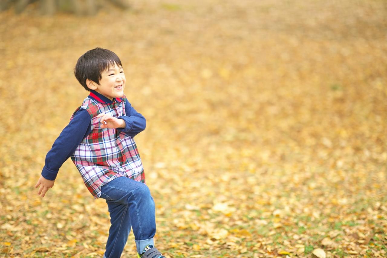 代々木公園家族写真撮影,4歳男の子誕生日記念撮影,落ち葉のじゅうたん