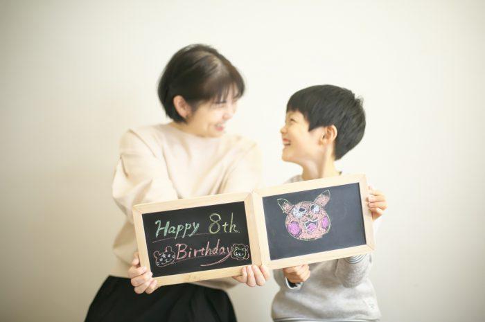 8歳男の子記念撮影,スタジオ,渋谷スタジオ,富ヶ谷スタジオ,8歳誕生日記念,黒板にお絵かき