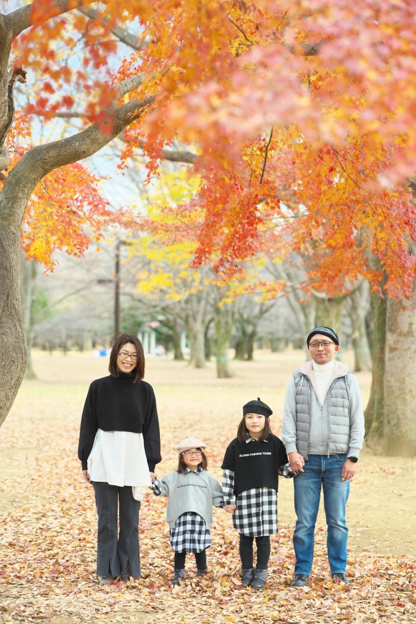 秋の家族写真,ロケーションフォト,ロケフォト,4人家族,眼鏡が可愛い,タータンチェック姉妹