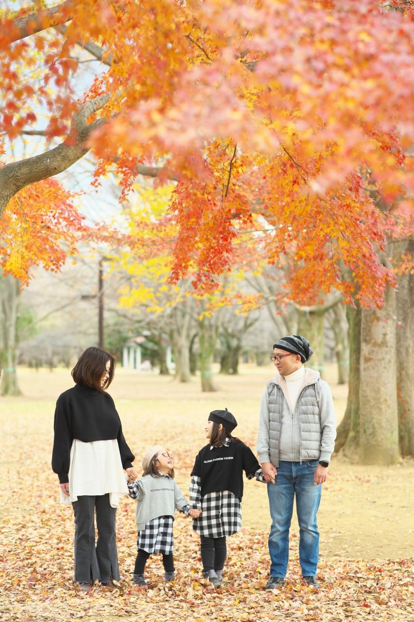 秋の家族写真,ロケーションフォト,ロケフォト,4人家族,眼鏡が可愛い
