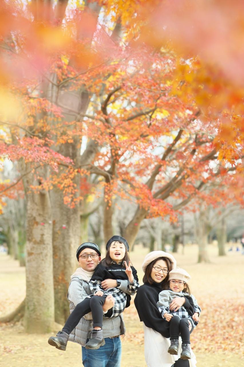 秋の家族写真,ロケーションフォト,フェルト帽コーデ,抱っこ,公園