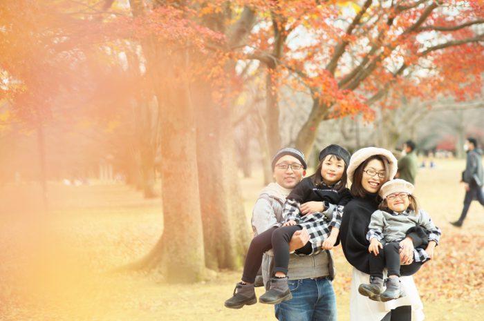 秋の家族写真,ロケーションフォト,フェルト帽コーデ,抱っこ,公園で