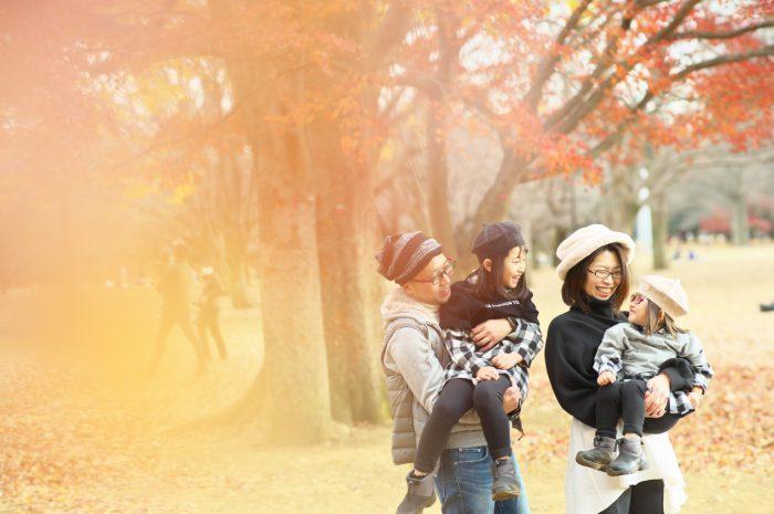 秋の家族写真,ロケーションフォト,フェルト帽コーデ,抱っこ,紅葉写真