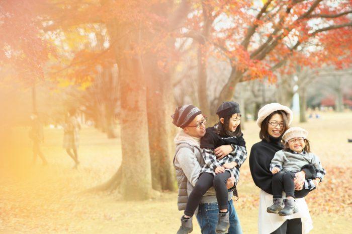 秋の家族写真,ロケーションフォト,フェルト帽コーデ,抱っこ,紅葉