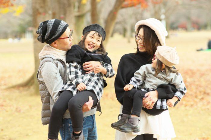 秋の家族写真,ロケーションフォト,フェルト帽コーデ,抱っこ