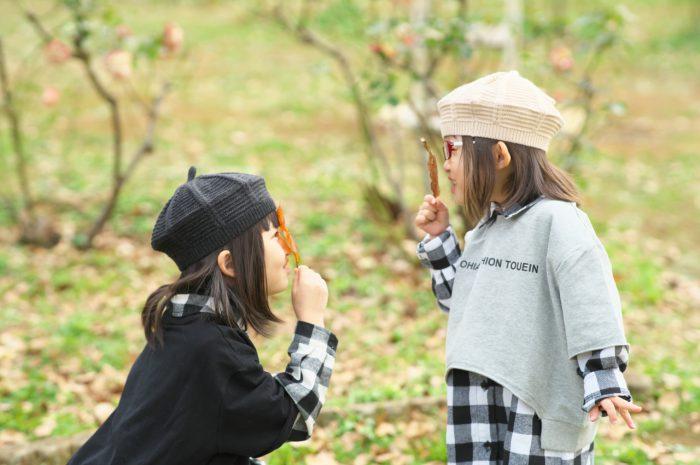 秋の家族写真,ロケーションフォト,ロケフォト,落ち葉で遊ぶ