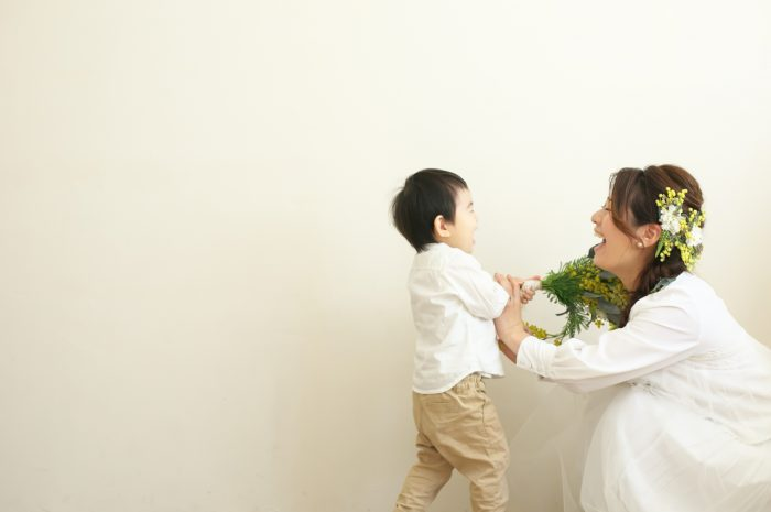 2歳男の子記念写真,ママと一緒に