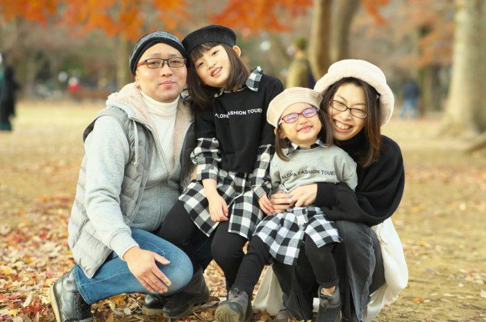 秋の家族写真,ロケーションフォト,ロケフォト,4人家族,眼鏡が可愛い,仲良し家族
