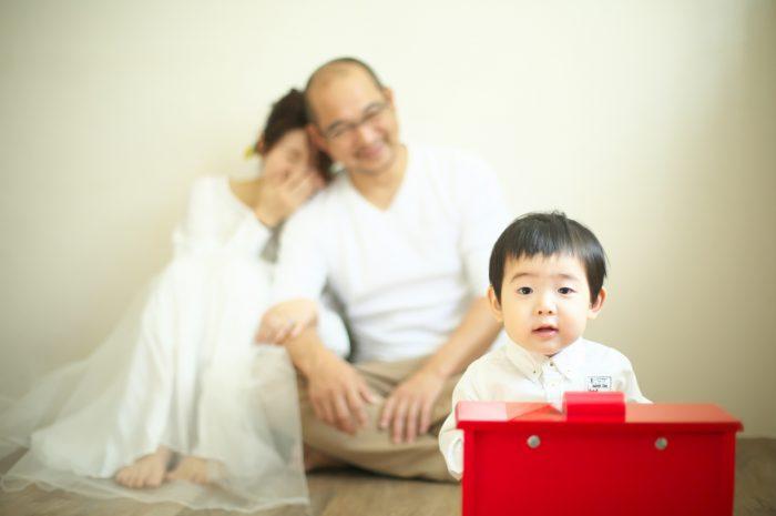 カジュアルフォトウエディング,子供と一緒に結婚写真撮影,ミモザブーケと一緒に撮影,赤いピアノ