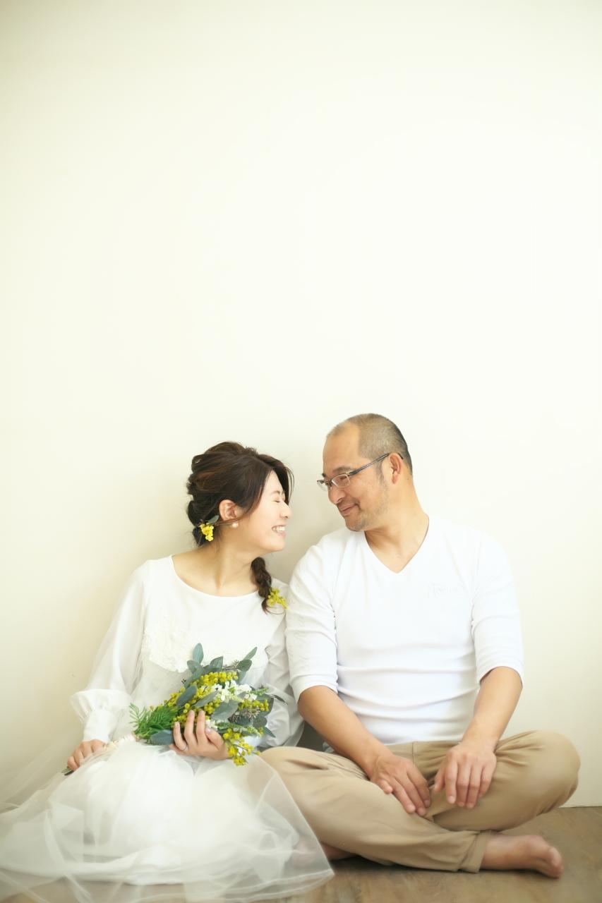 カジュアルフォトウエディング,子供と一緒に結婚写真撮影,ミモザブーケと一緒に
