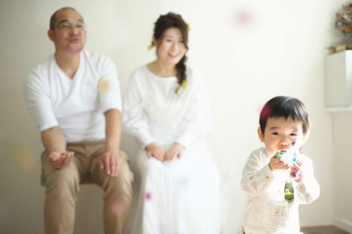カジュアルフォトウエディング,子供と一緒に結婚写真撮影,紙吹雪